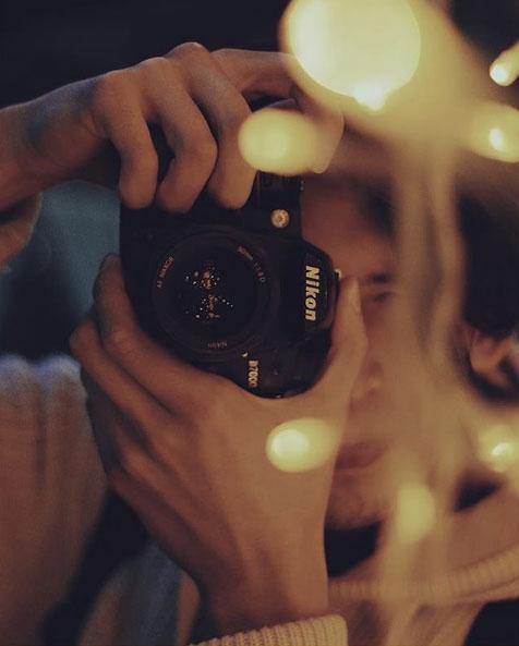 راهنمای خرید دوربین نیکون در صورت نیاز به راهنمای خرید دوربین نیکون با مراجعه به نمایندگی نیکون می توانید از راهنمایی و مشاوره کارشناسان فروش محصولات نیکون بهره مند شوید. امروزه با گسترش تولیدات انواع دوربین نیکون در کنار سایر رقبا، راهنمای خرید دوربین نیکون از اقدامات لازم پیش از خرید برای یک انتخاب درست و مناسب با شرایط و بودجه مشتریان می باشد. راهنمای خرید دوربین نیکون شامل معرفی ویژگی های سخت افزاری و نرم افزاری، میزان توانایی و قابلیت ها، شیوه کار با دوربین، مشکلات ایجاد شده در حین کار با دوربین و نحوه برطرف کردن آنها، راه اندازی دوربین و نصب برنامه ها، حدود قیمت ها و... می باشد که کارشناسان فروش نمایندگی نیکون بصورت رایگان در اختیار مراجعه کنندگان قرار می دهند. به منظور ایجاد راهنمای خرید دوربین نیکون، مختصری درمورد دوربین های نیکون و مزایای آنها نسبت به سایر برندها توضیح خواهیم داد.